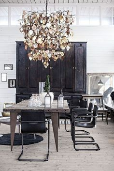 Interior: reclaimed wood table in the dining room - Seaofgirasoles Design Eclético, Deco Design, House Design, Industrial Dining, Industrial Style, Industrial Lighting, Dining Room Design, Dining Room Furniture, Dining Rooms