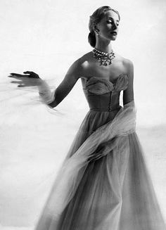 Strapless evening gown and tulle shawl, photo Cecil Beaton, 1940's