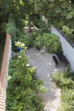 Industrial garden inspiration: Brick, black, clean lines, raw materials, hints of green and little colour