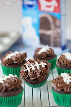These tailgate food ideas are AMAZING! We are hosting a Super Bowl party this year and this list has everything I need from appetizers potlucks crock pots wings crowd pleasures and sliders. Easy Tailgate Food, Easy Party Food, Tailgating Ideas, Parties Food, Dinner Parties, Super Bowl Party, Super Bowl Dessert Ideas, Football Cupcakes, Football Food