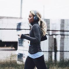 Вопрос 2. В школе ненавидела бегать, потому что не умела, не знала, что выносливость можно тренировать. Главное - по-сте-пен-но. Сейчас: я, беговая дорожка и подкаст в ушах - мое большое удовольствие.