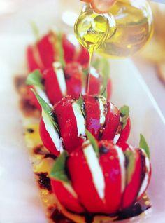 Tomate com queijo fresco e manjericão
