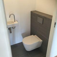 Small Toilet Room, Small Bathroom, Spa Design, Bathroom Renos, Bathroom Interior, Nautisches Bad, Understairs Toilet, Bathroom Under Stairs, Modern Toilet