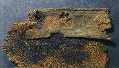 Tittel Arkeologiske gjenstandsfoto Emneord Tekstil Motiv Tunika (fragment) Gjenstand Rester/tekstil/stykker Sted Norge, Sogn og Fjordane, Gloppen, Evebø, 77 Fotograf Skare, Svein Bestillingsnr Bf_LyA_000179 Museumsnummer B4590u Lisens CC BY-NC-ND 3.0Fotoportalen UNIMUS