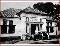 De Afdeelingsbank te Malang. Ca 1930 Malang, Dutch East Indies, Old Pictures, Transportation, Street View, Mansions, House Styles, Antique Photos, Manor Houses