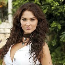 la imagen nos muestra a la actriz Blanca Soto muy llamativa, rodeada de un esplendoroso paisaje