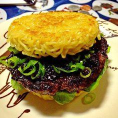 Sanduíche de miojo com hambúrguer é motivo de longas filas em feira de Nova York