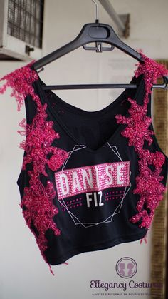 Quero personalizar o meu Abadá - Reforma de roupas na vila olímpia e itaim bibi - Ellegancy Costuras Diy Camisa, Diy Fashion, Fashion Design, Cut Shirts, Crop Tops, Tank Tops, Refashion, Carnival, Halloween Costumes