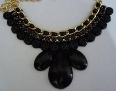colar com shatons preto, detalhes em corrente com perolas preta  e strass. R$ 55,00