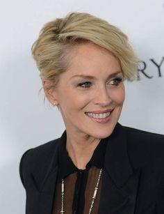 Le chignon banane de Sharon Stone Son astuce coiffure anti-âge: donner un effet coiffé/décoiffé à une coiffure ultra-classique et sophistiquée. Les cheveux sont légèrement ondulés et crêpés en racines. La raie déportée sur le côté créé un joli mouvement qui donne de la douceur aux traits de l'actrice.