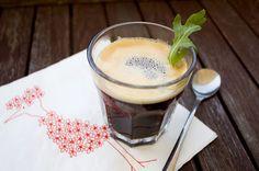 Kaffee, flavoured with summer! Ein Eiswürfel aus Rucola- und Erdbeerpüree kommt in den Filter, durch den der Kaffee dann läuft. Das müsst ihr unbedingt mal ausprobieren!  This is coffee, flavoured with strawberry and Rucola. Put an iced strawberry and Rucola smoothie cube into the coffee filter.