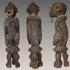 Statuette de protection Mambila Kaka avec traces sacrificielles, rare et ancienne ; liée au culte des ancêtres. Bois dur, dense et lourd. Traces de xylophages et petites fentes d'âge. Patine brunne croûteuse due aux sacrifices offerts sur la statuette. Pigment rouge aux oreilles et à la bouche. Les yeux sont marqués au kaolin. http://www.artafrica.fr/3les-mambila/2354-ancienne-statuette-mambila-kaka-avec-traces-sacrificielles.html