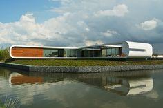 Nietypowy kształt budynku w połączeniu z dużymi przeszklonymi powierzchniami nadaje mu lekkości