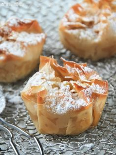 Philo tart with apples and raisins (in Spanish) Small Desserts, Mini Desserts, Cake Recipes For Kids, Sweet Recipes, Croissants, Philo Dough, Individual Apple Pies, Baked Apples, Cupcakes