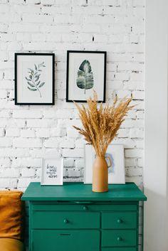 Ge nytt liv i rum med vita väggar med färgstarka möbler.