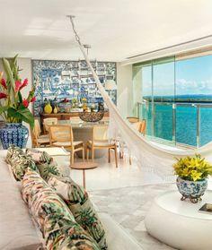 À beira da Baía de Todos-os-Santos, o apartamento expressa um clima despretensiosamente sofisticado.
