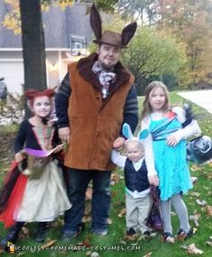 Check out the coolest homemade family Alice in Wonderland costumes here! Discover how to create your best DIY costume for Halloween. Homemade Costumes, Diy Costumes, Halloween Costumes, Costume Ideas, Alice In Wonderland Costume, Cool Diy, Happy Halloween, Mad Hatters, Core