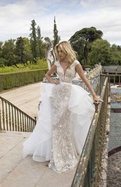 There is an intriguing new trend on the wedding gown scene – Wedding Dress With Detachable Skirt! Removable skirts are the hottest trend. Detachable Wedding Dress, Lace Wedding Dress, Stunning Wedding Dresses, Wedding Dress Sizes, Bridal Wedding Dresses, Bridal Gown, Wedding Skirt, White Bridal, Bridal Looks