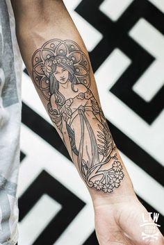 Un tatouage sur le bras inspiré de l'art nouveau, façon Alfons Mucha, un peintre tchèque du XIXe- début XXe.