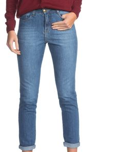 A CALÇA SKINNY DIE é confeccionada em jeans com strech, toque leve ao corpo e conforto sem igual. Possui modelagem skinny, cintura alta e pesponto em tom caramelo, característica icônica do jeans clássico. Em duas tonalidades, o modelo é indispensável, responsável por garantir looks versáteis e elegantes a qualquer hora do dia. Nada como um jeans para completar o visual!
