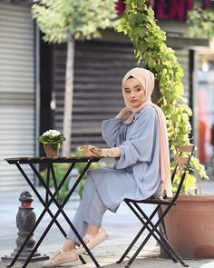Image may contain: 1 person, flower, plant and outdoor Islamic Fashion, Muslim Fashion, Modest Fashion, Hijab Fashion, Fashion Tips, Ootd Hijab, Hijab Chic, Hijab Outfit, Hijab Style