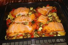 Low Carb Lachs mit Ofengemüse – essen – Low carb salmon with oven vegetables – eat – baked vegetables Seared Salmon Recipes, Baked Salmon, Clean Eating Salmon, Healthy Salmon Cakes, Vegetable Recipes, Vegetarian Recipes, Oven Vegetables, Roasted Vegetables, Healthy Recipes