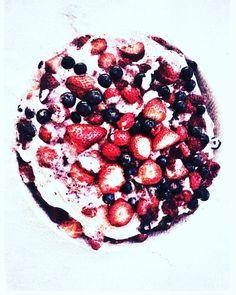 The 7LR Pavlova Colorful Fruit, Fresh Fruit, Whipping Cream Uses, Raspberry, Strawberry, Pavlova, Tray Bakes, Blueberry, Icing