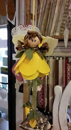 Una folletta corolla Dal web Rope Crafts, Felt Crafts, Diy And Crafts, Angel Ornaments, Ornament Crafts, Fabric Dolls, Paper Dolls, Christmas Decorations, Christmas Ornaments