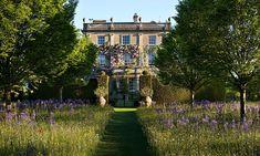 Highgrove House var ett ganska enkelt engelskt lantställe innan prins Charles köpte det. Det mesta av trädgården har skapats under hans tid, såsom den häckomgärdade solursträdgården framför huset.