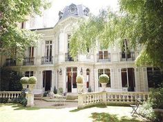 I LOVE THIS HOUSE!  This is my idea of the classic home!
