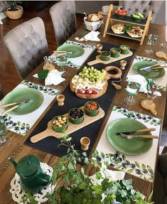 Picknick Snacks, Food Decoration, Table Decorations, Breakfast Table Setting, Party Food Platters, Dining Etiquette, Dinner Party Table, Beautiful Table Settings, Snacks Für Party
