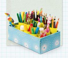 Eine selbst gebastelte Stiftebox schafft Ordnung im Stifte-Wirrwarr. Man braucht dafür nur einen Schuhkarton, Toilettenpapierrollen, Geschenkpapier, Klebstoff und Schere. Einfach die Rollen auf unterschiedliche Längen kürzen und mit buntem Papier bekleben. Den Schuhkarton ebenfalls außen und innen mit hübschem Papier bekleben. Anschließend so viele Rollen im Karton platzieren, dass diese sich gegenseitig stützen, und gegebenenfalls mit Klebeband fixieren. Viel Spaß beim Nachmachen!