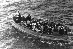 1912 - TITANIC: Às 4h10, de 15 de abril de 1912, o navio Carpathia resgata o primeiro bote salva-vidas. No local, apenas duas dezenas de botes flutuando dispersos entre os destroços.