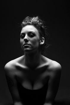 Portrait Woman Dramatic Portrait Woman Portrait Black And White Photography Dark Portrait, Portrait Lighting, Female Portrait, Woman Portrait, Low Key Photography, Photography Women, Beauty Photography, Fashion Photography, Mountain Photography