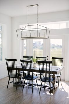Dining room Feng Shui Dos and don'ts Coastal Farmhouse, Farmhouse Homes, Modern Farmhouse, Farmhouse Table, Pure White Sherwin Williams, Dining Room Design, Dining Rooms, Dinning Chairs, Kitchen Dinning