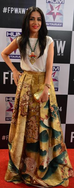 lovely skirt, and a plain white top Indian Attire, Indian Ethnic Wear, Western Dresses, Indian Dresses, Pakistani Outfits, Indian Outfits, Look Short, Lehenga, Anarkali