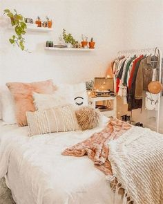 Teen Girl Bedrooms for sweet cozy room decor - Cool to creative sweet inspirations. Pin ref 2386232862 Sectioned under teen girl bedrooms decorating ideas cozy , imagined on this moment 20190129 Small Bedroom Designs, Small Room Bedroom, Trendy Bedroom, Home Decor Bedroom, Diy Bedroom, Bed Room, Bedroom Furniture, Interior Design Small Bedroom, Bedroom Ideas For Small Rooms Women