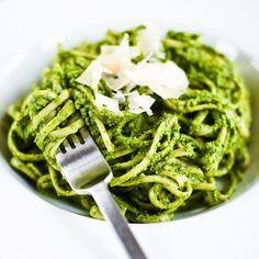 Zelenkavé pesto je plné zdravých ingrediencí a díky avokádu, olivovému oleji a semínkům má krásně krémovou konzistenci i bez přidání sýra či smetany; Greta Blumajerová