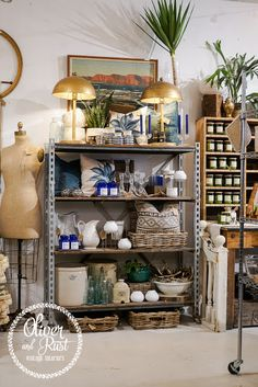 Oliver and Rust: late summer southwestern glam style Small Kitchen Set, Seaside Style, New Toilet, Built In Ovens, Store Displays, Booth Displays, Thing 1, Display Shelves, Display Ideas