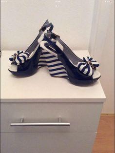 Neue nichtige getragene blaue Sandalen mit KeilabsatzGröße 36