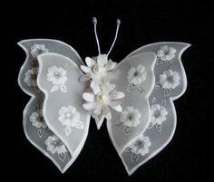 Borboleta de asas duplas em papel vegetal, desenhos em relevo, centro com flores ou cristais. Dimensões aproximadas: 8x10 cm. Pedido mínimo: 20 unidades. Frete grátis para pedidos acima de R$200,00. R$ 6,00