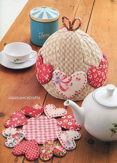 ❤*❤*❤*❤*❤  heart tea cozy and hot pad..so sweet japanlovelycrafts via Flickr. Oja, hééél mooi!!!