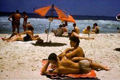 """Era assim a praia nas décadas de 50 e 60.Usava-se uma sandália japonesa (tempos depois passou a se chamar havaiana), um """"short"""" (às vezes """"samba-canção"""", de nylon) comprado na Casa José Silva, uma camisa antiga de manga curta (porque ninguém vai à praia sem camisa) e óculos ray-ban."""