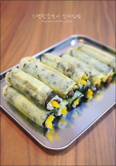 계란을 두른 미니김밥 '스팸달걀말이 꼬마김밥' : 네이버 블로그 K Food, Steamed Rice, Rice Bowls, Korean Food, Easy Cooking, Fresh Rolls, Zucchini, Sushi, Nom Nom