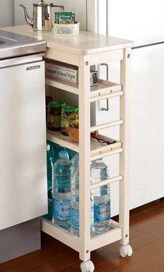 Как найти место на маленькой кухне? Лучшие идеи для хранения кухонной утвари - мы расскажем вам, как используем небольшое пространство между раковиной и холодильником.