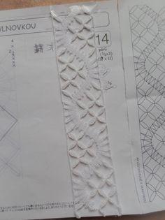 犬子さんステキ。ステキ。ステキ。リーステチェックを可愛く編んで、こんなスゴい型を編みました。実は、この見本帳用の糸でリーステチェックを編むのが最も難しい、糸に太さとひっかかりのある色糸で編むと更にふっくら編めますよ。44/20161003