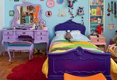 Foto do quarto da filha do Marcelo Rosenbaum. Ignorem tudo, menos os móveis coloridos.  Pensei em aproveitar a cama Chipandelle da minha mãe e pintar ela de roxo. Maluquice? Branco seria mais seguro, eu sei, mas o roxo não me desagrada...    This bedroom belongs to Marcelo Rosenbaum's daughter. Ignore everything but the colored furniture.  I thought about dyeing purple an old Chipandelle-styled bed that my mom has. Crazy? White would be safer, I know, but I do like the purple idea...