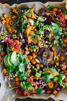 These healthful portobello nachos utilize roasted portobello caps instead of chips, which then get topped with all kinds of savory and spicy components. Vegan Appetizers, Vegan Snacks, Organic Recipes, Raw Food Recipes, Roasted Sweet Potato Cubes, Raw Vegan, Vegan Life, Slow Roasted Tomatoes, Onion Relish