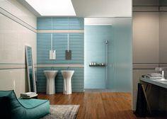 salle-bain-coloree-carrelage-mural-bleu-glacier-blanc-carrelage-aspect-bois