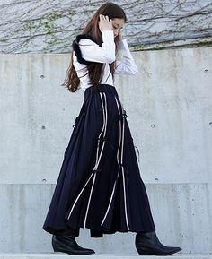 AKIKOAOKI,アキコアオキ,16AW,宮本彩菜 AKIKOAOKI Yuria[AAS / S15 SK04] 51,840円(税込) ピンクのラインにそってそれぞれスリットが入ったスカート。たくさんついたリボンがアクセントに。制服を思い起こさせるデザインです。 【素材】wool 58% , modail 41% , polyurethane 1% 【カラー】NAVY 【サイズ】F